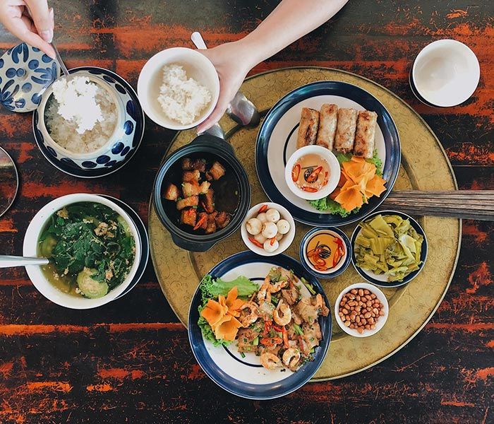 Mâm cơm gia đình hấp dẫn cùng các gia vị truyền thống đậm đà