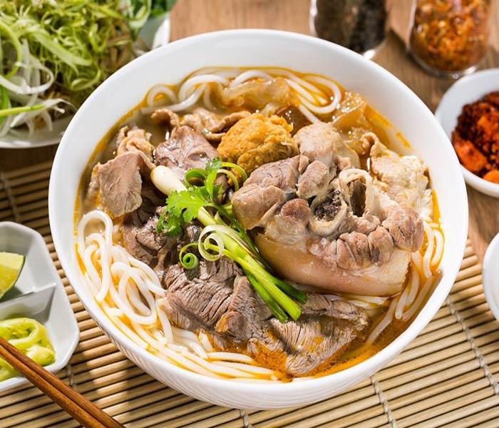 Bún bò Huế nấu cùng mắm ruốc là đặc sản nổi tiếng tại vùng đất Cố Đô