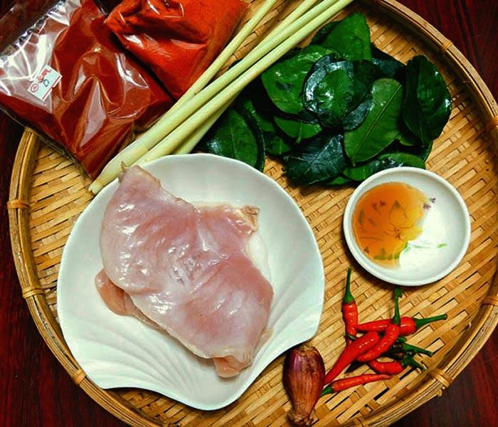 Gà tươi ngon, ớt cay, lá chanh, nước mắm là những nguyên liệu ban đầu cho món ruốc gà cay