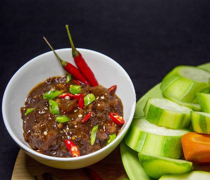 Mắm ruốc là một gia vị truyền thống không thể thiếu được trong nền ẩm thực của vùng đất Cố Đô