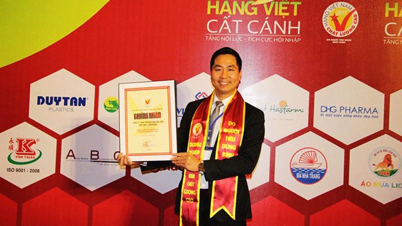 Giám đốc công ty DASAVINA – Nguyễn Bá Toàn nhận chứng nhận HVNCLC