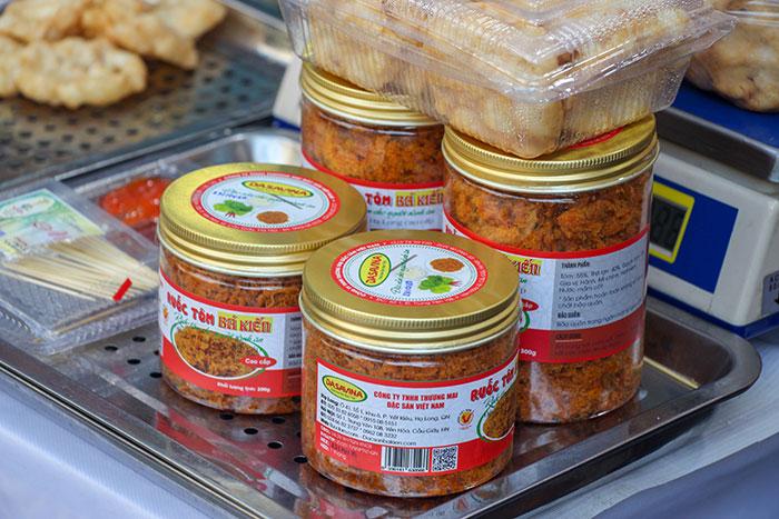 Đặc sản ruốc tôm Bá Kiến được khách hàng đánh giá cao tại hội chợ